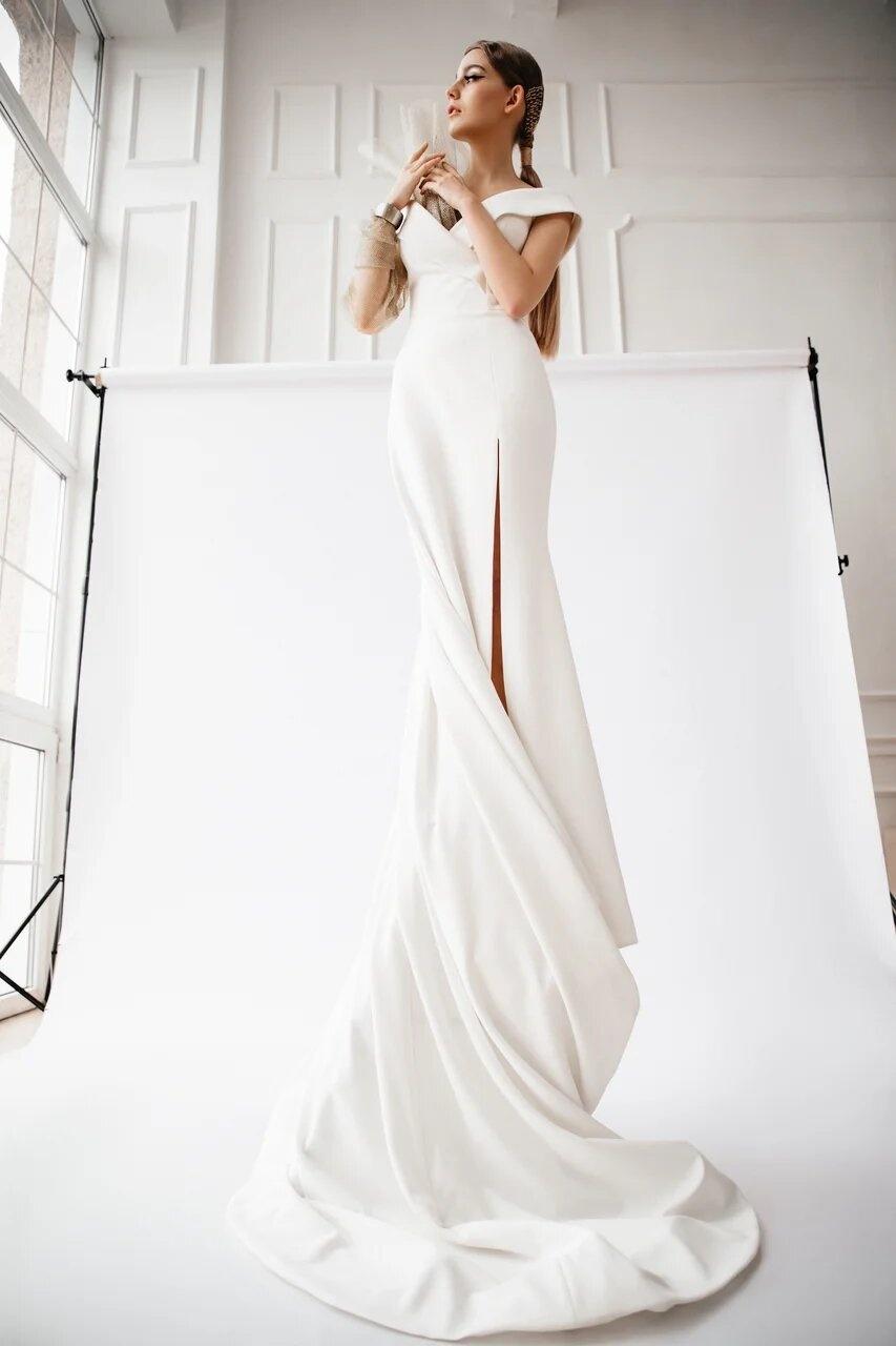 Элементы паутины вручную вплетались в волосы, а платье имитирует греческую скульптуру