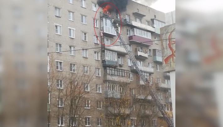 Не пошла со спасателями: женщина, спасаясь из полыхающей квартиры, сама полезла по балконам. Видео