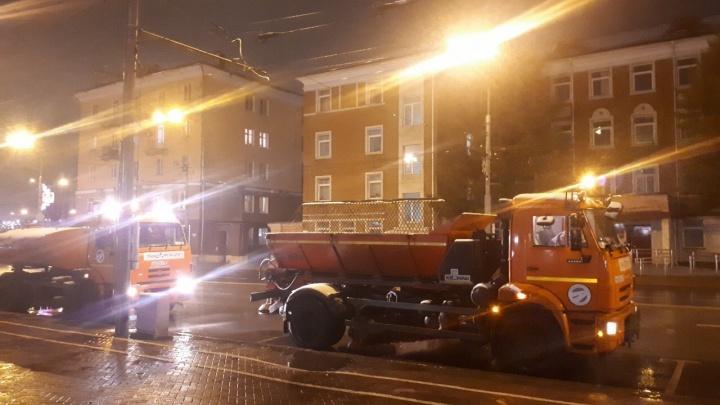 В Перми была выведена специализированная техникадля прометания тротуаров и дорог от мокрого снега