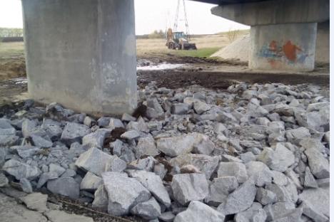 Мост расположен на трассе между сёлами Пичугово и Верх-Ирмень