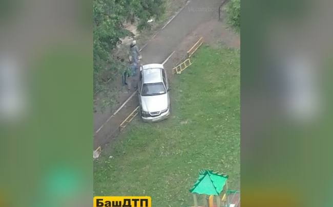 В Уфе иномарка протаранила ограждение детской площадки