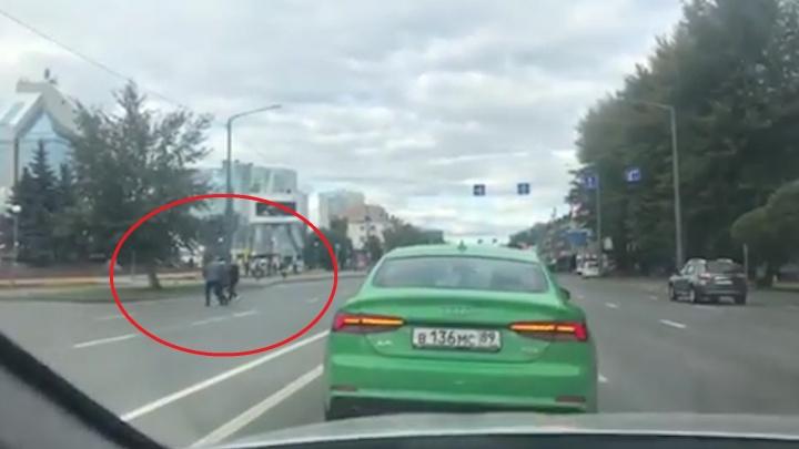 «Горжусь, что этот человек живёт рядом»: в Тюмени водитель помог одноногому пешеходу перейти дорогу