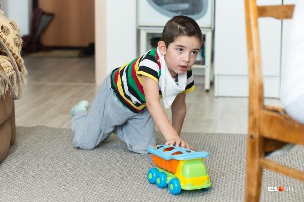Летом Демид мог плавать и бегать, а теперь с трудом передвигается с помощью машинки