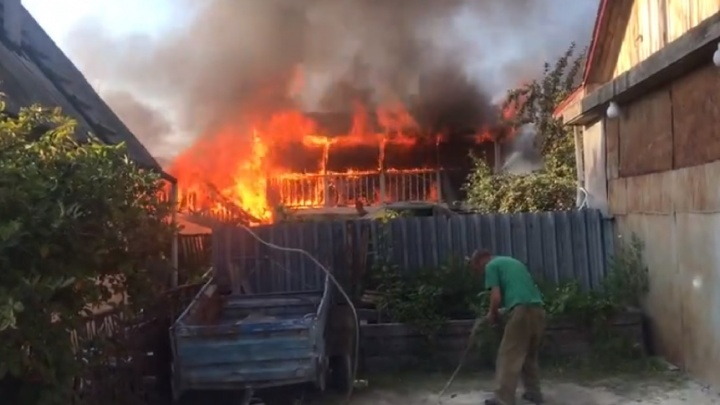 Подробности пожара в тюменском ДНТ: огонь уничтожил баню, надворные постройки и крышу дома