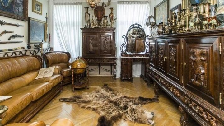 В центре Омска продают квартиру-музей. В ней есть картины, самовар и шкура медведя