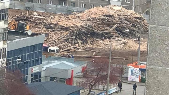 Всего за один день экскаватор превратил Дом детского творчества в Екатеринбурге в гигантскую кучу мусора