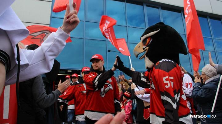 «Ястребы» прилетели: как болельщики встречали чемпионов Востока в омском аэропорту