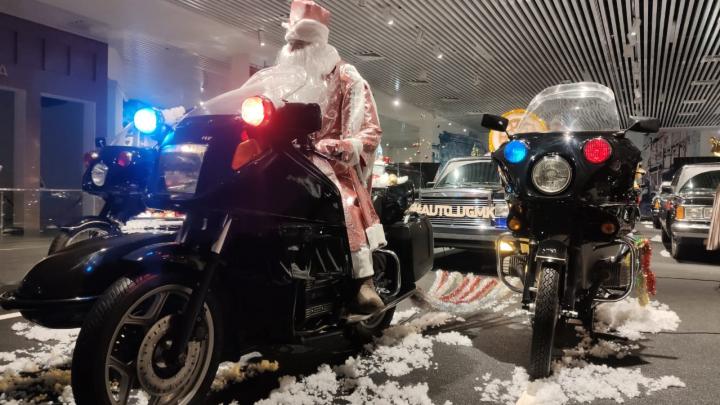 Дед Мороз пересел на авто Горбачева: публикуем фото необычного кортежа