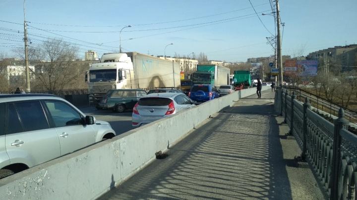 «Лучше не соваться»: из-за аварии мост через ВДСК на юге Волгограда застыл без движения