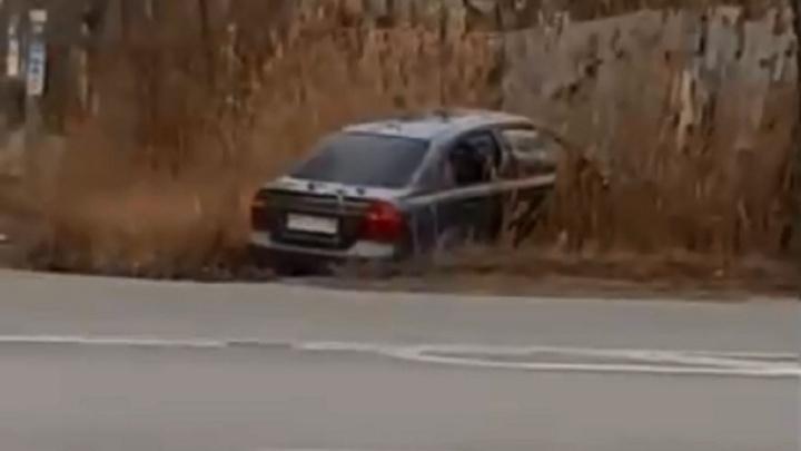 В Волгограде легковушка вылетела с дороги и протаранила забор