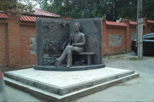 Памятник Ивану Тургеневу в виде раскрытой книги со скульптурой автора решили убрать