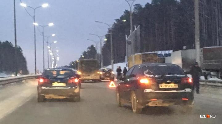 На въезде в Екатеринбург по Ново-Московскому тракту автобус столкнулся с двумя легковушками