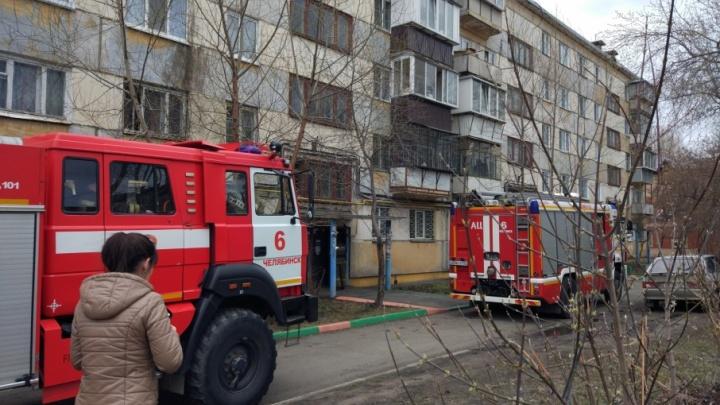 В челябинской пятиэтажке подожгли детскую коляску