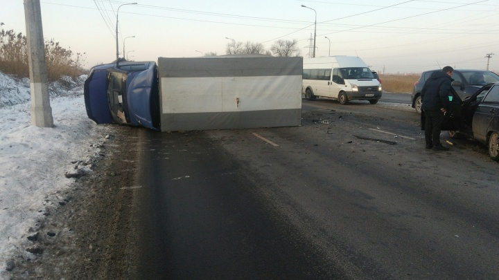Заняли все три ряда: в ДТП на юге Волгограда перевернулась «Газель»