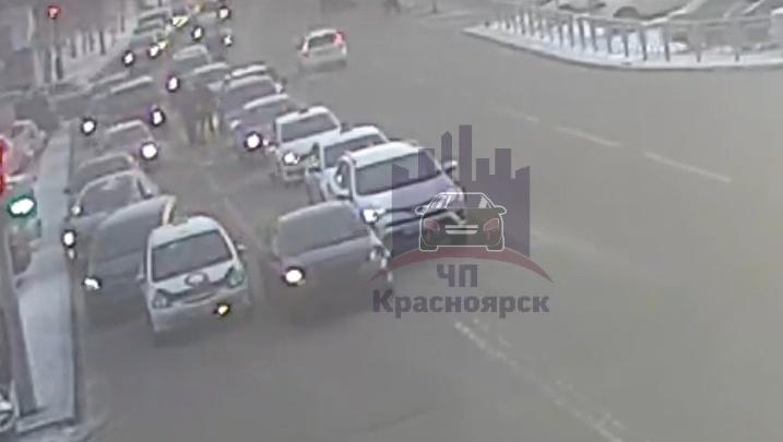«Скорую бы так пропускали»: водители разъехались перед виновником ДТП. Он скрылся