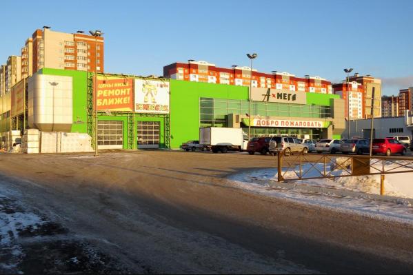 Площадь торгового центра, расположенного на улице Федюнинского, составляет 5,7 тысячи квадратных метров
