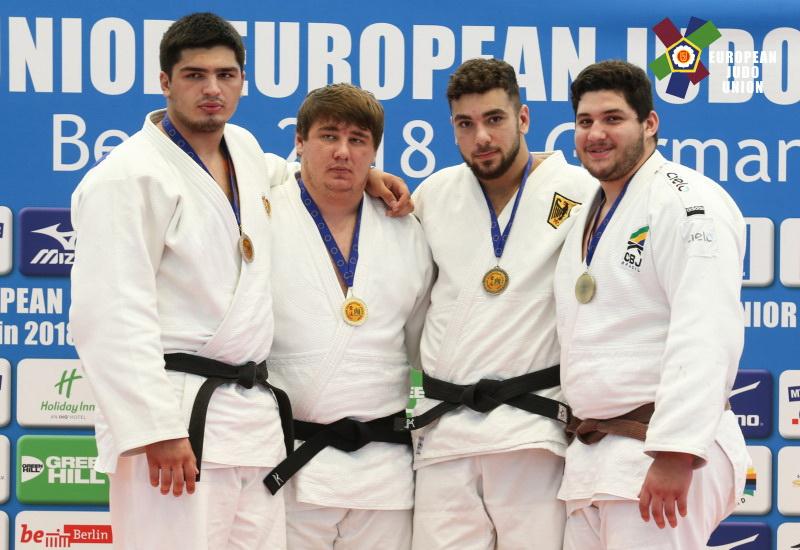 В финале турнира Кемал Каитов (второй слева) был сильнее соотечественника Джамала Гамзатханова (первый слева)