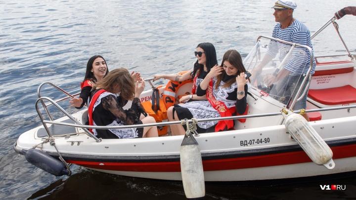 «Они все стали капитанами»: нелегалов на моторных лодках выгнали с набережной Волгограда