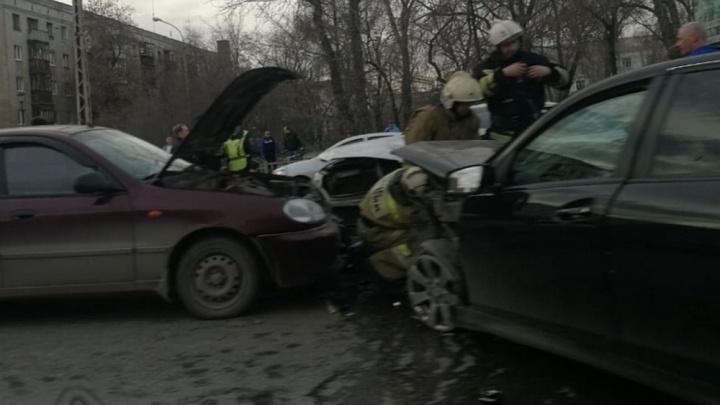 Дорожное видео недели: разборки с неадекватом, авария с «адской колесницей» и падение большегруза