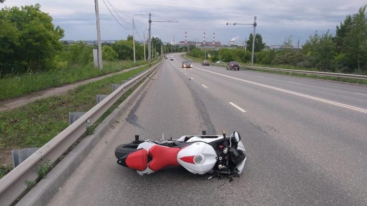 «Ехал без номеров»: в Перми мотоциклист налетел на дорожное ограждение и погиб