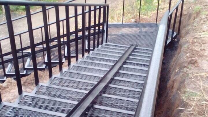 Жители Красных Казарм добились строительства лестницы через лог с крутым склоном