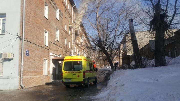 Дым из горящей квартиры заполнил подъезд на Котовского