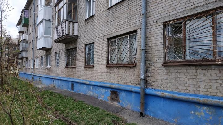 Незаконный хостел или сборище наркоманов: жители дома в Уфе обеспокоены ночлежкой в подвале