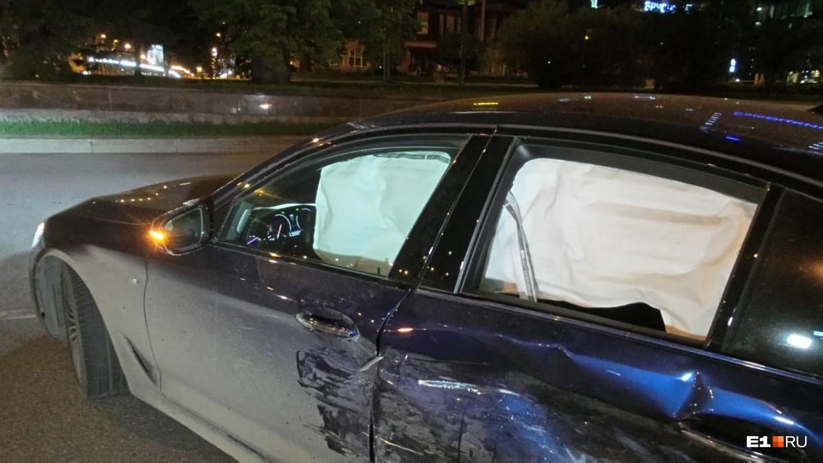 На кольце на Малышева столкнулись Mitsubishi и BMW, оба водителя говорят, что ехали на зелёный