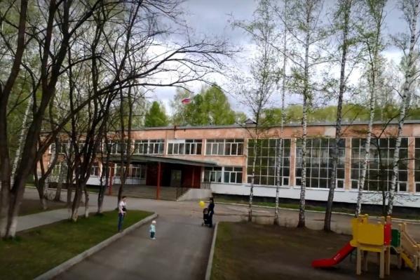 """Школа <nobr class=""""_"""">№ 51</nobr> стоит на улице Охотской —&nbsp;вдали от жилых домов"""