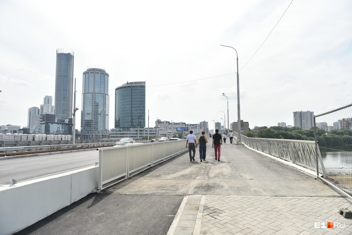 Пешеходов пустили на Макаровский мост в честь Дня города
