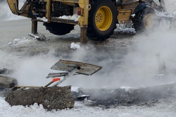 Сотрудники МУП «Коммунальное хозяйство» не засыпали яму, которую вырыли