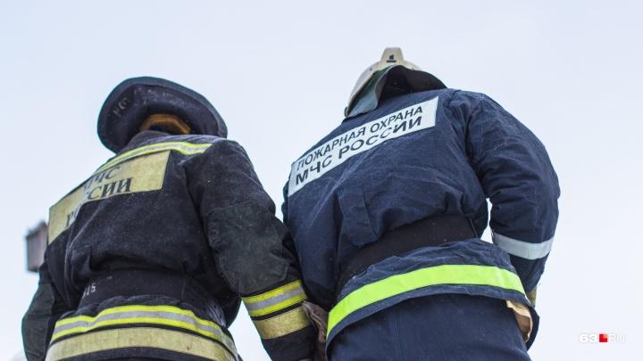 В Самаре 26 пожарных потушили огонь в заброшенном здании в промзоне