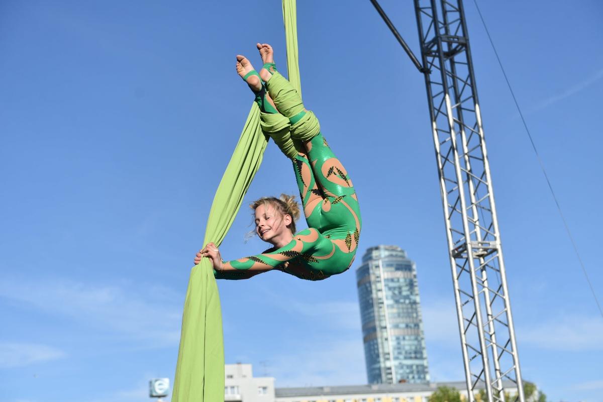 Сели на шпагат на фоне неба: юные уральские воздушные гимнастки воспарили над Плотинкой