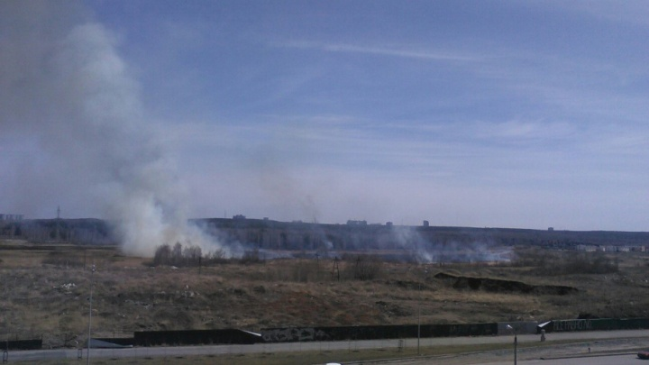 «Задыхаемся от дыма»: на северо-западе Челябинска вспыхнуло несколько природных пожаров
