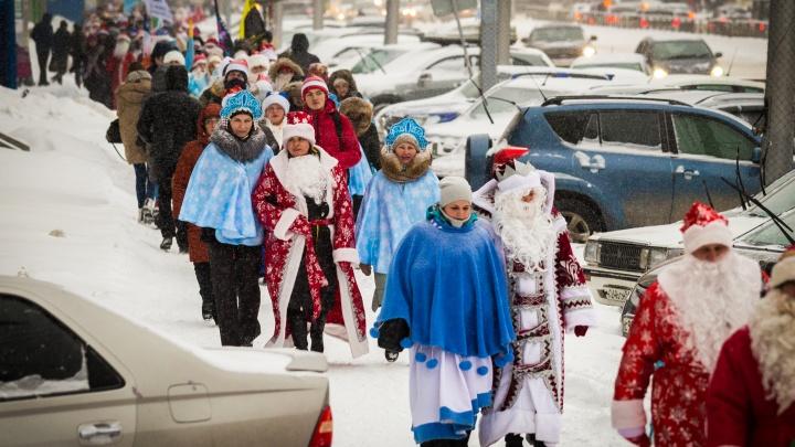 Праздник к нам приходит: толпа Дедов Морозов прогулялась по проспекту Дзержинского
