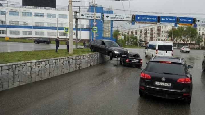 Дорожное видео недели: ДТП с шикарным авто сына миллиардера, повисший BMW и наезд на велосипедиста