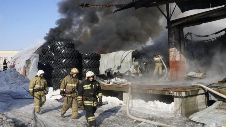 Больше не дымить: власти попросили предприятия не загрязнять воздух после пожара на Сухарной