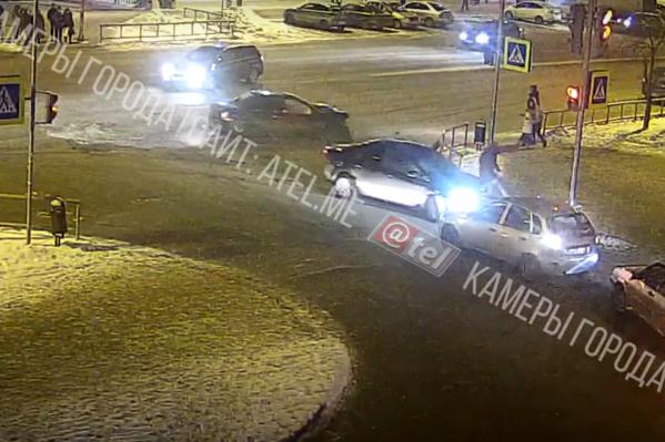 Мужчина перебегал дорогу на мигающий сигнал светофора, когда на него неслась легковушка