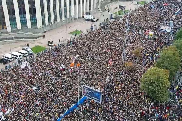 На согласованную с властями акцию в Москве пришли от 50 до 60 тысяч человек
