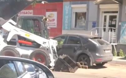 Дерзкие дорожники попытались подвинуть авто ради ремонта и вызывали жаркие споры
