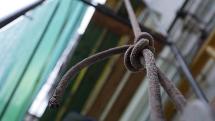 В Перми во время работы на жилом доме промышленному альпинисту перерезали веревку