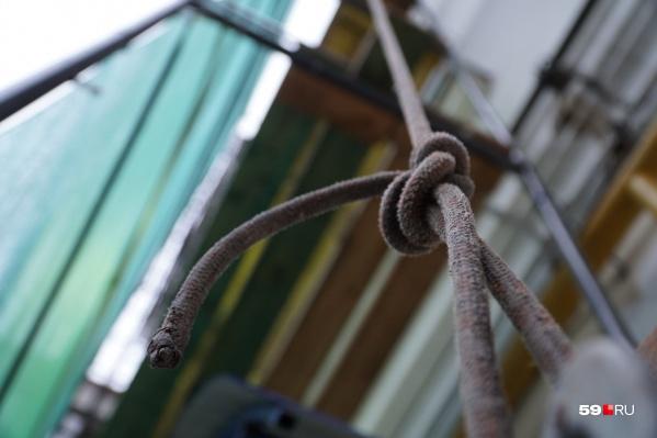 С помощью веревок промальпинисты могут подняться на верхние этажи даже самых высоких домов