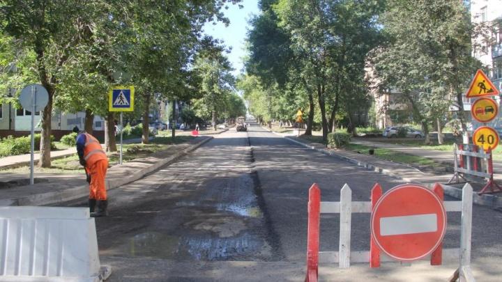 На севере Уфы перекрыли дорогу: рабочие кладут асфальт