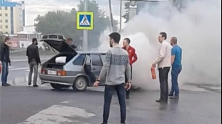 В Тюмени прямо на дороге вспыхнула машина