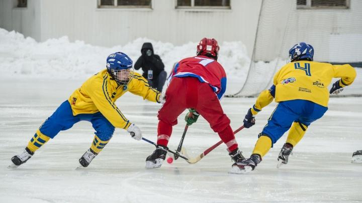 Кульбиты и падения: фоторепортаж с финала первенства мира по хоккею с мячом среди юношей