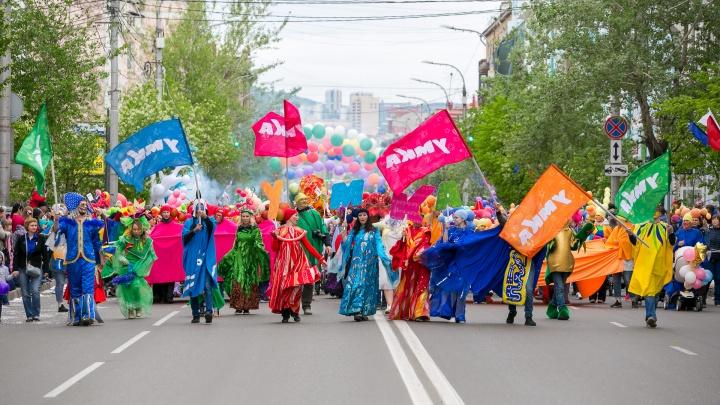 «Делала костюм 3 ночи»: красноярцы прошлись по Мира в костюмах из монтажной пены, газет и поролона