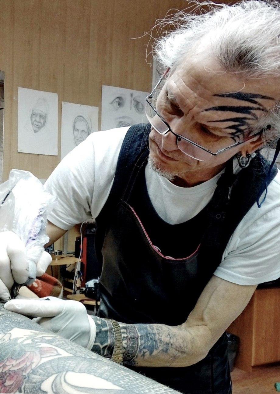 Сергей сделал татуировку на лице, когда ему было за 40
