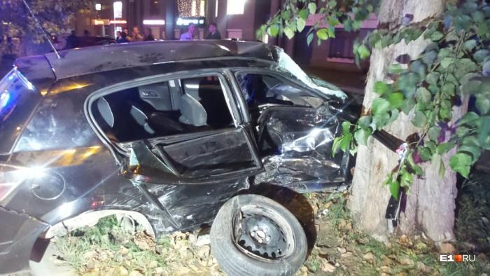 УOpel оторвало колесо, вся правая часть машины смята