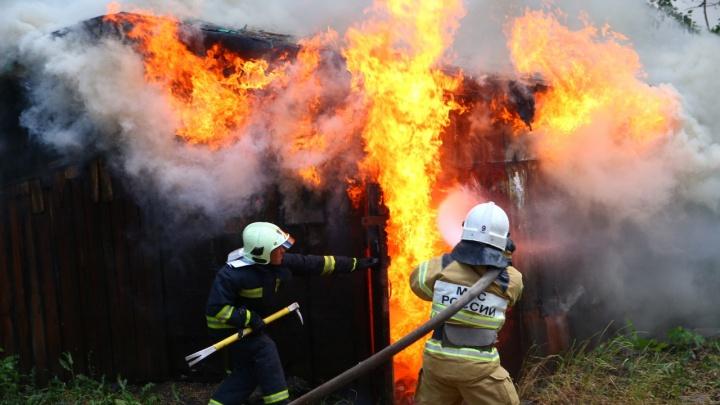 Пламя вырывалось из дверей: в Самаре на Санфировой сгорели сараи