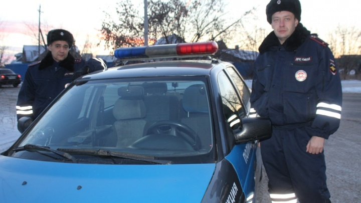 «Махала в окно и не могла выйти»: инспекторы ДПС помогли выбраться пенсионерке из горящего дома